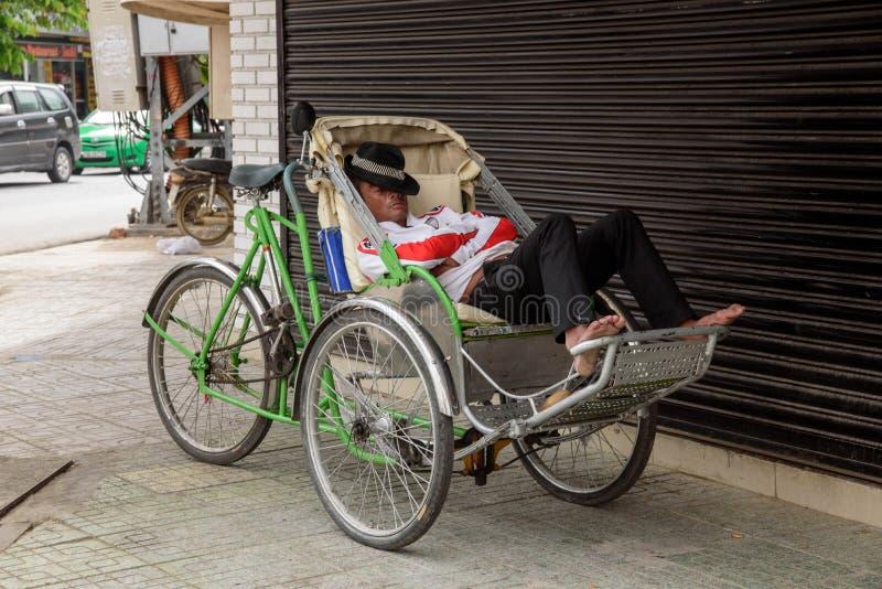 Спать водителя такси рикши стоковое фото