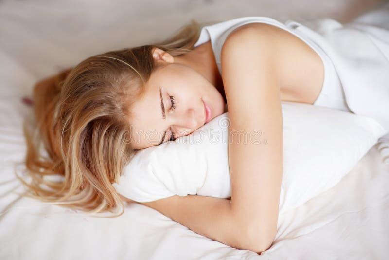 Спать девушки Yong стоковое изображение