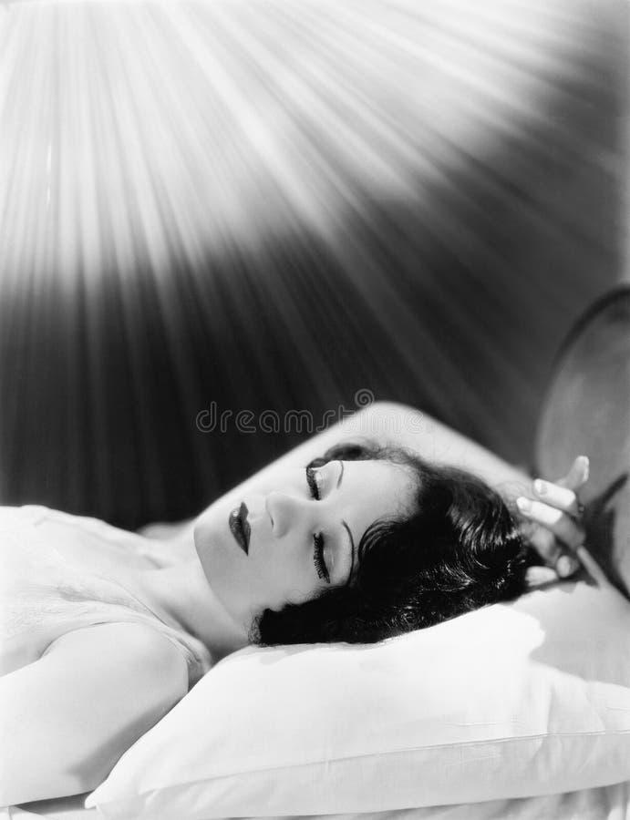 Спать женщина с луч светами (все показанные люди более длинные живущие и никакое имущество не существует Гарантии поставщика кото стоковая фотография