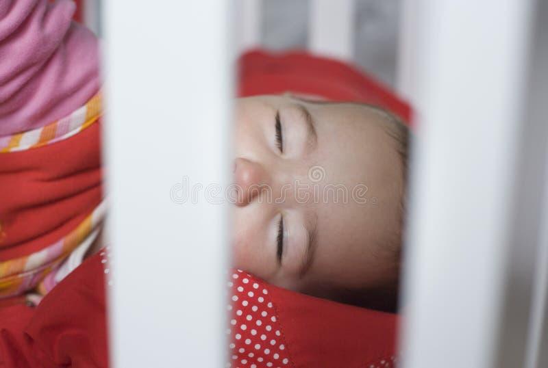 Спать за кроваткой баров стоковая фотография