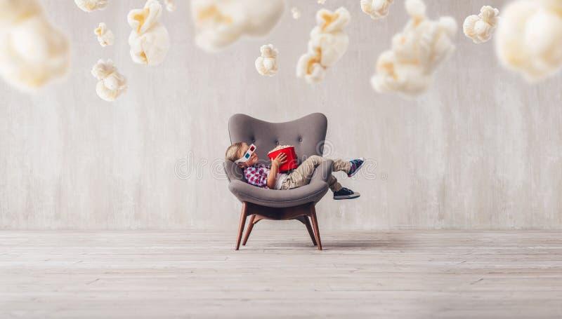 Спать маленький зритель в кино стоковое фото