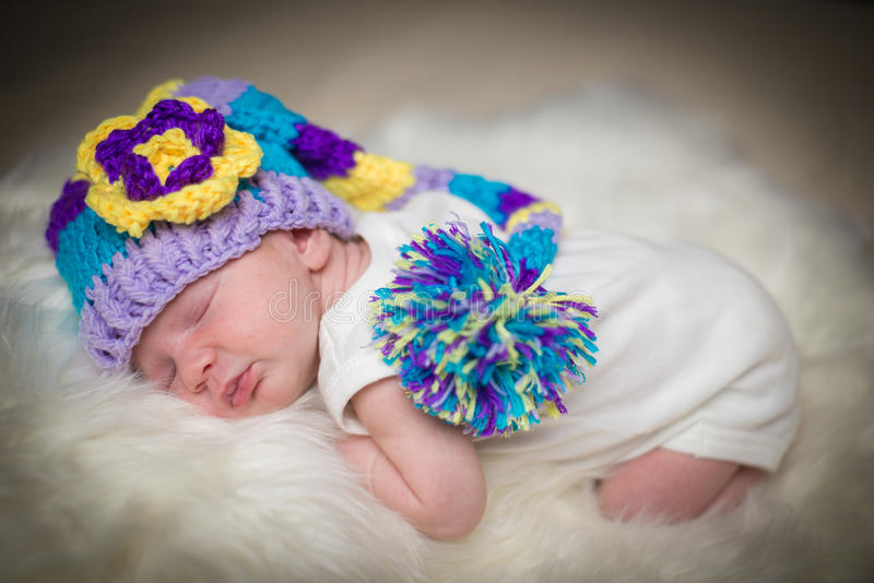 Спать младенец на белом одеяле стоковое фото rf