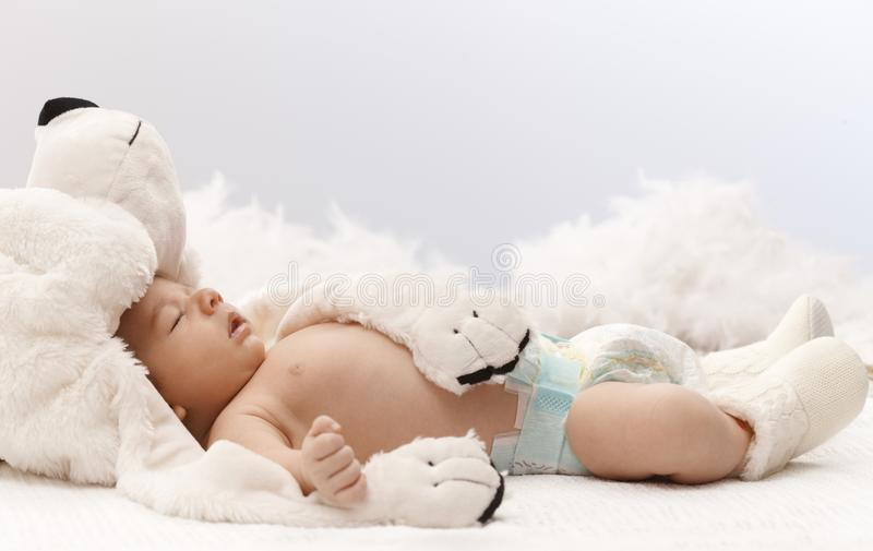 Спать младенец с медведем стоковые изображения rf