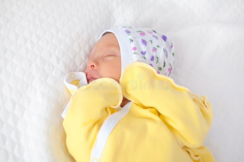 спать предпосылки младенца изолированный чернотой newborn мирно стоковая фотография