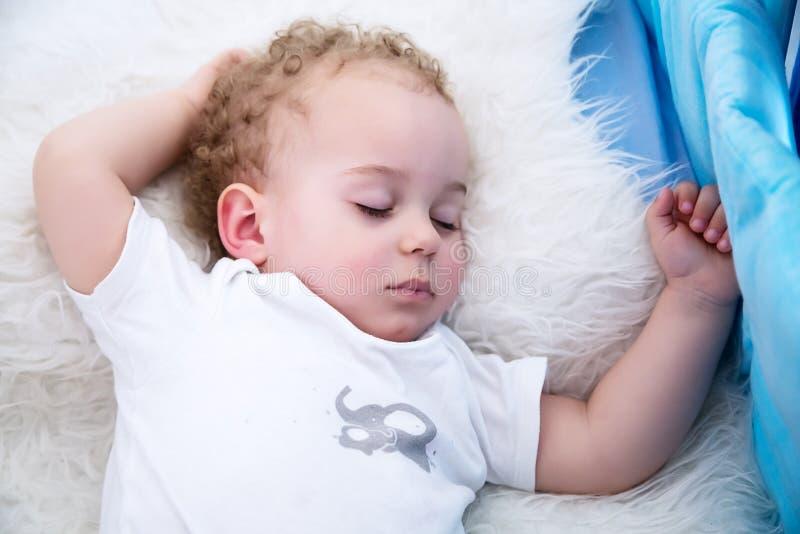 спать ребёнка Портрет конца-вверх красивого спать ребёнка в кровати Newborn, тема детства стоковые фото