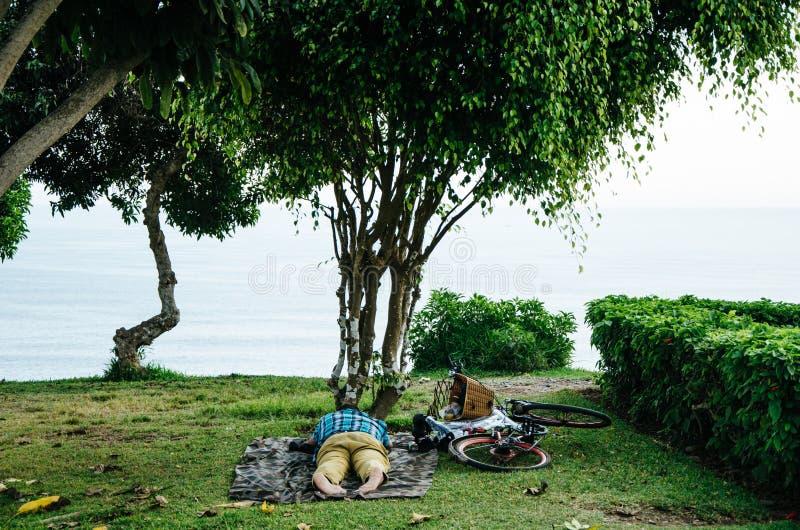 спать человека лужайки стоковое фото rf