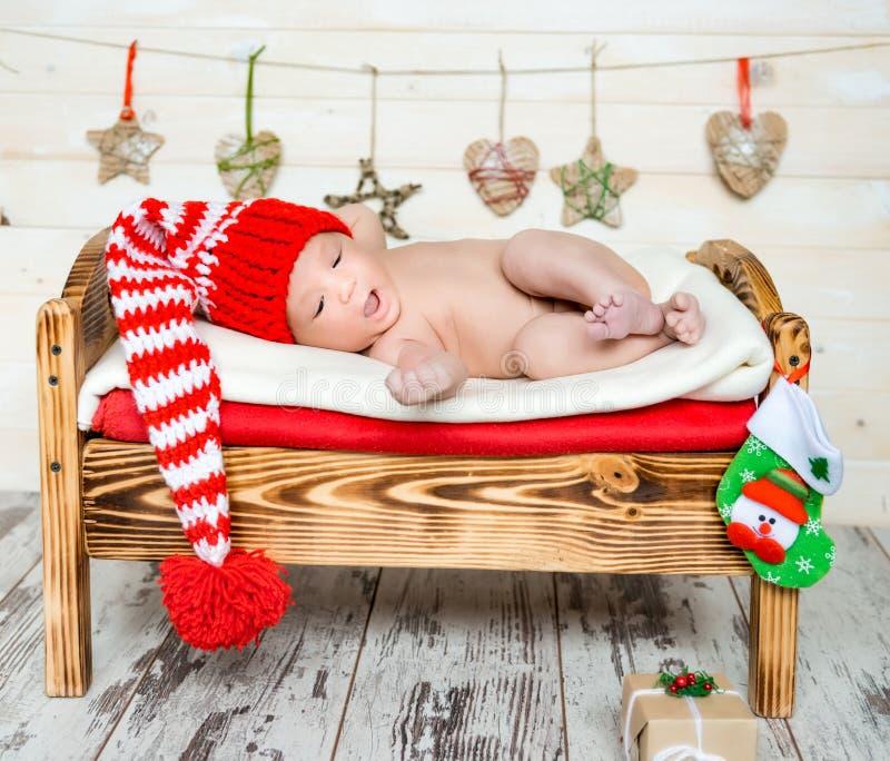 Спать newborn младенец в украшениях рождества стоковое фото