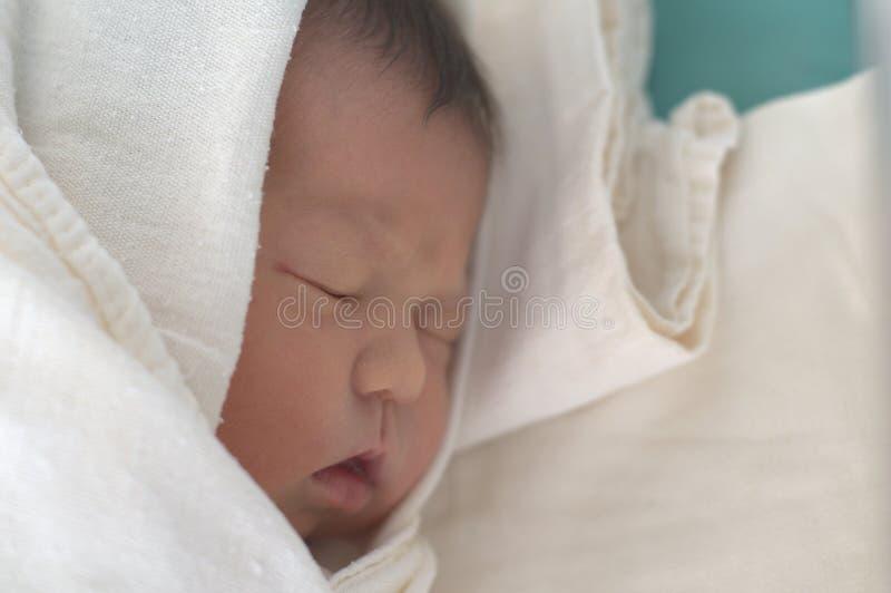 Спать newborn младенец стоковые фото