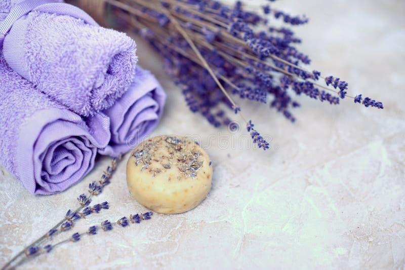 Спа и установка здоровья с цветками лаванды и handmade баром мыла или шампуня, набором природы Dayspa стоковое изображение
