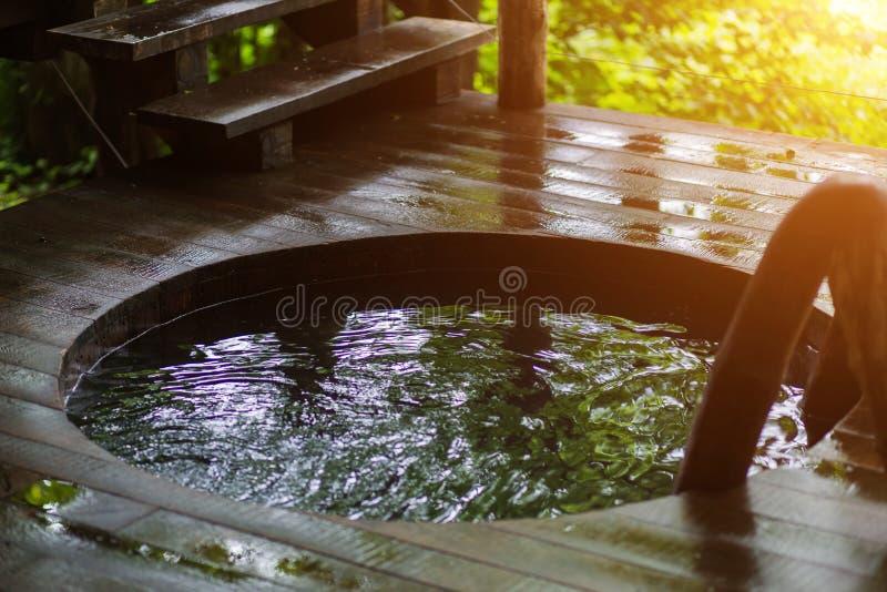 Спа-центр в природе, ванне, плавая близко вверх стоковая фотография