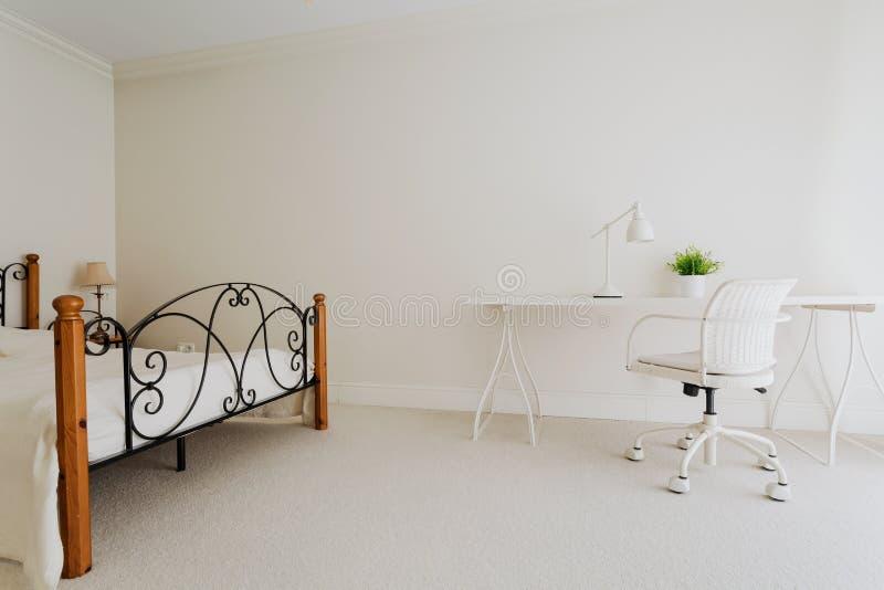 Спальня в минималистичном стиле стоковые изображения