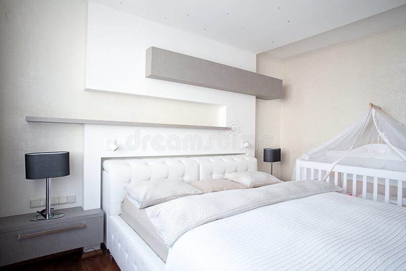 Спальня в современном интерьере стоковое изображение