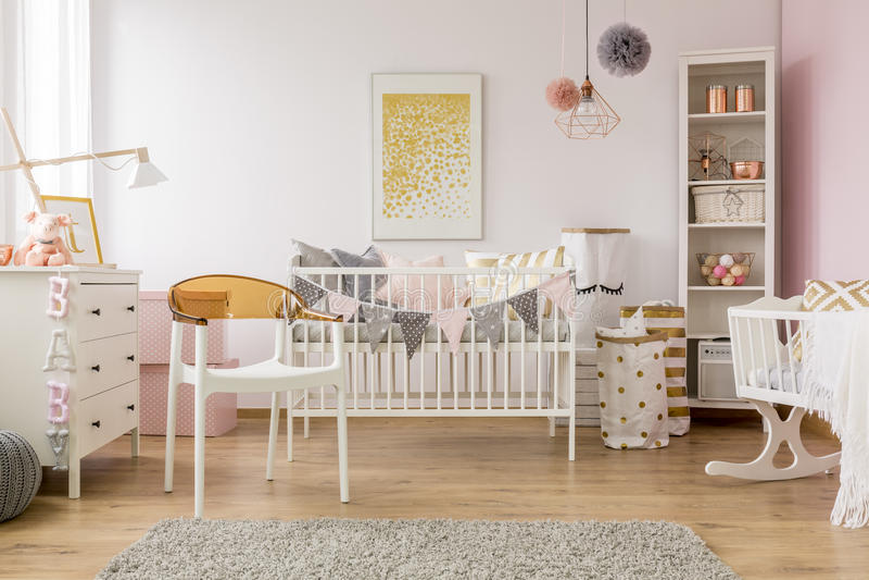 Спальня младенца с белым стулом стоковые фотографии rf