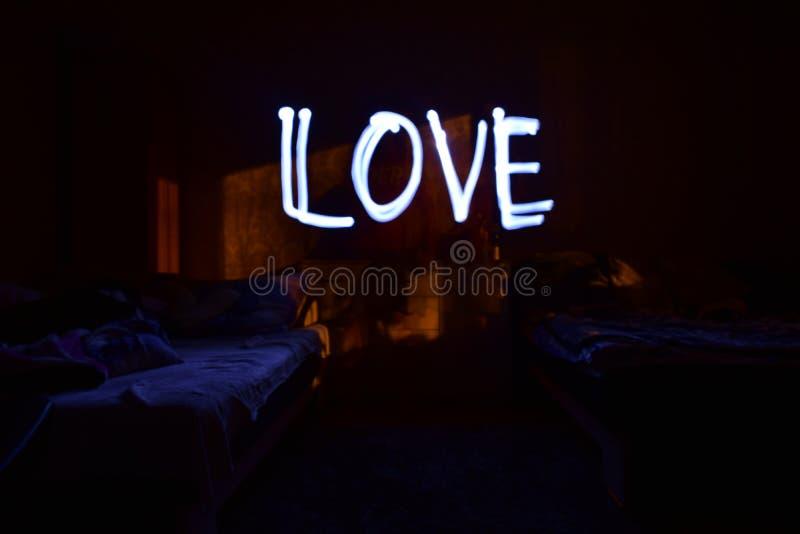 Спальня на ноче с влюбленностью надписи стоковые изображения rf