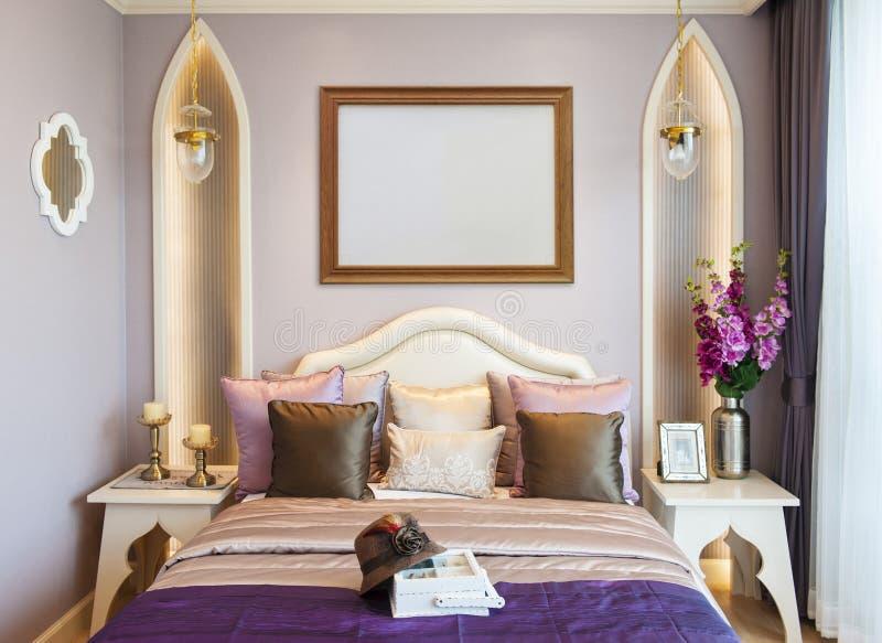 Спальня с пустой рамкой стоковая фотография rf