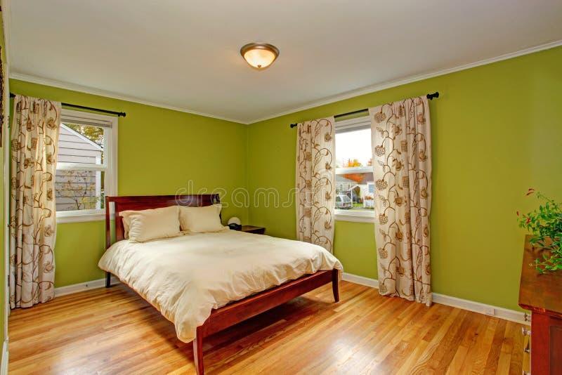 Спальня с яркими неоновыми зелеными стенами стоковая фотография rf