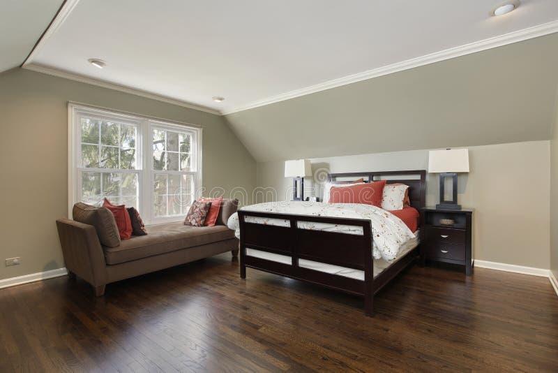 Спальня хозяев с коричневой софой стоковая фотография