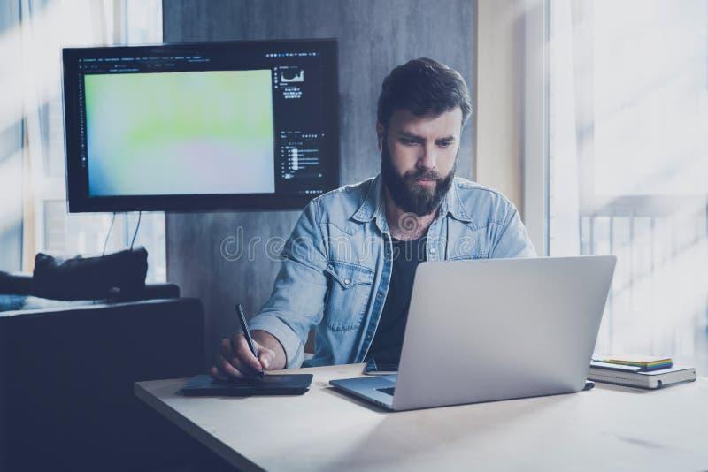 Специалист по ИТ-технологиям, занятый в работе над проектом на рабочем месте Диспетчер Office использует цифровые устройства для  стоковые изображения