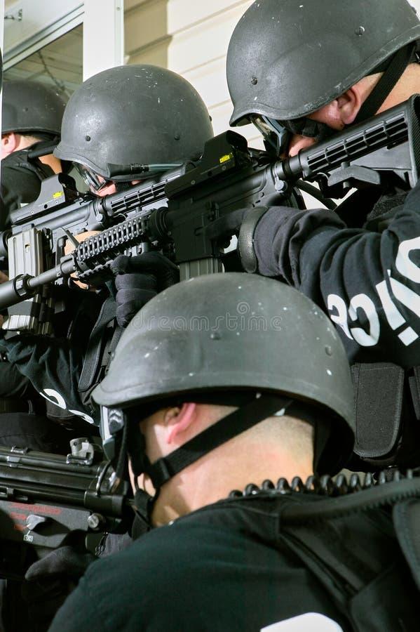 Специальное подразделение милиции в действии с винтовками стоковые изображения