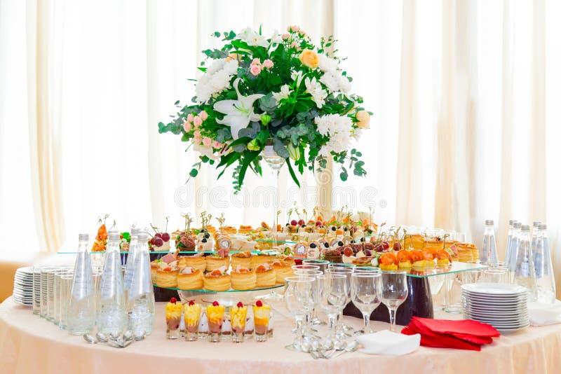 Специальности закусок, рыб и мяса на шведском столе Десерты Торжественный прием служят таблицы catering стоковое фото