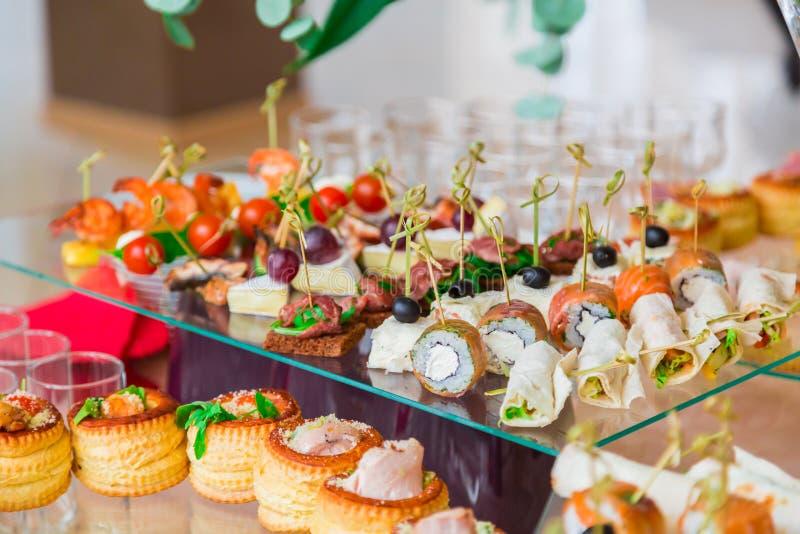 Специальности закусок, рыб и мяса на шведском столе Торжественный прием служят таблицы catering стоковые фотографии rf