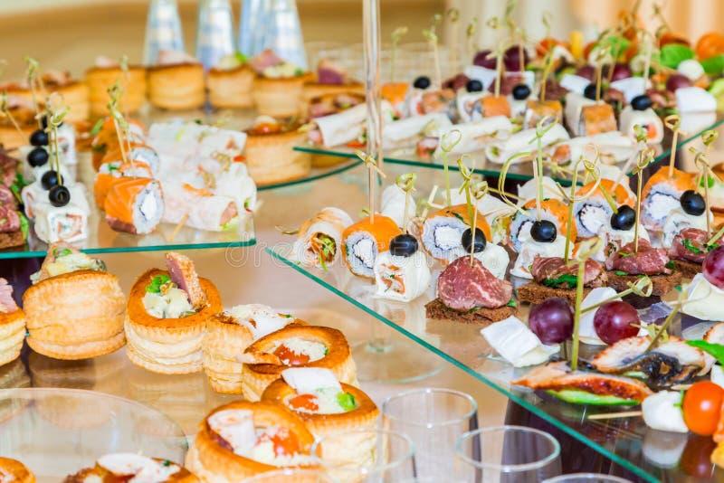Специальности закусок, рыб и мяса на шведском столе Торжественный прием служят таблицы catering стоковое изображение rf