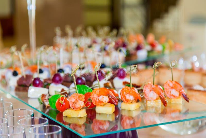 Специальности закусок, рыб и мяса на шведском столе Торжественный прием служят таблицы catering стоковая фотография