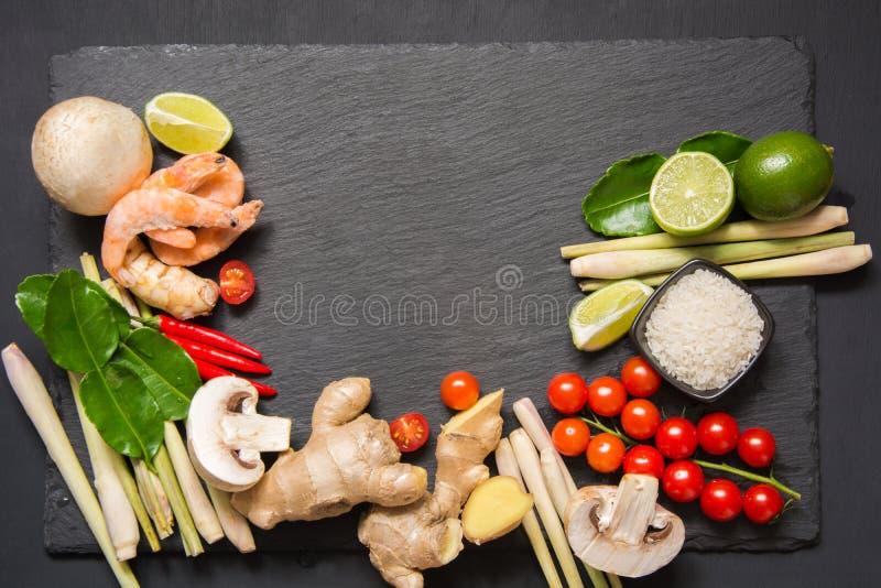 Специальные ингридиенты для подлинной тайской пряной известки kung супа Том-yum, galangal, красного chili, томата вишни, лимонног стоковое изображение rf