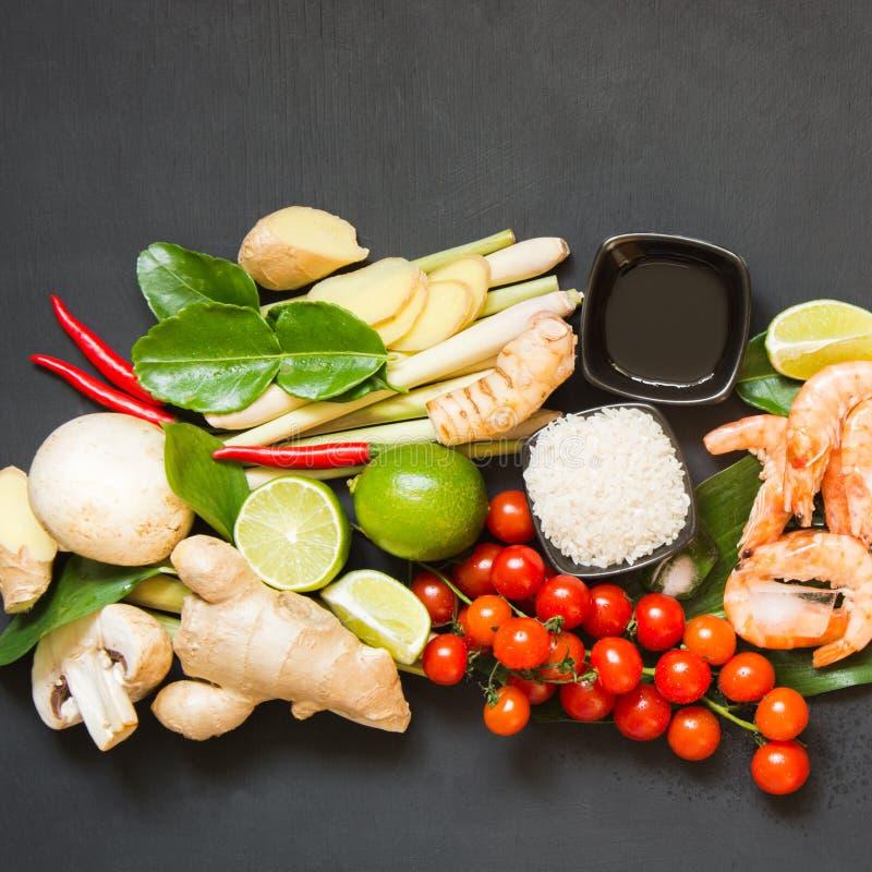 Специальные ингридиенты для популярного тайского пряного kung супа Том-yum Известка, galangal, красный chili, томат вишни, лимонн стоковое фото
