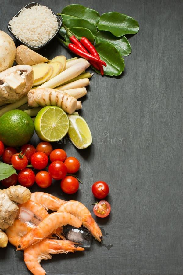 Специальные ингридиенты для популярной тайской пряной известки kung супа Том-yum, galangal, красного chili, томата вишни, лимонно стоковая фотография