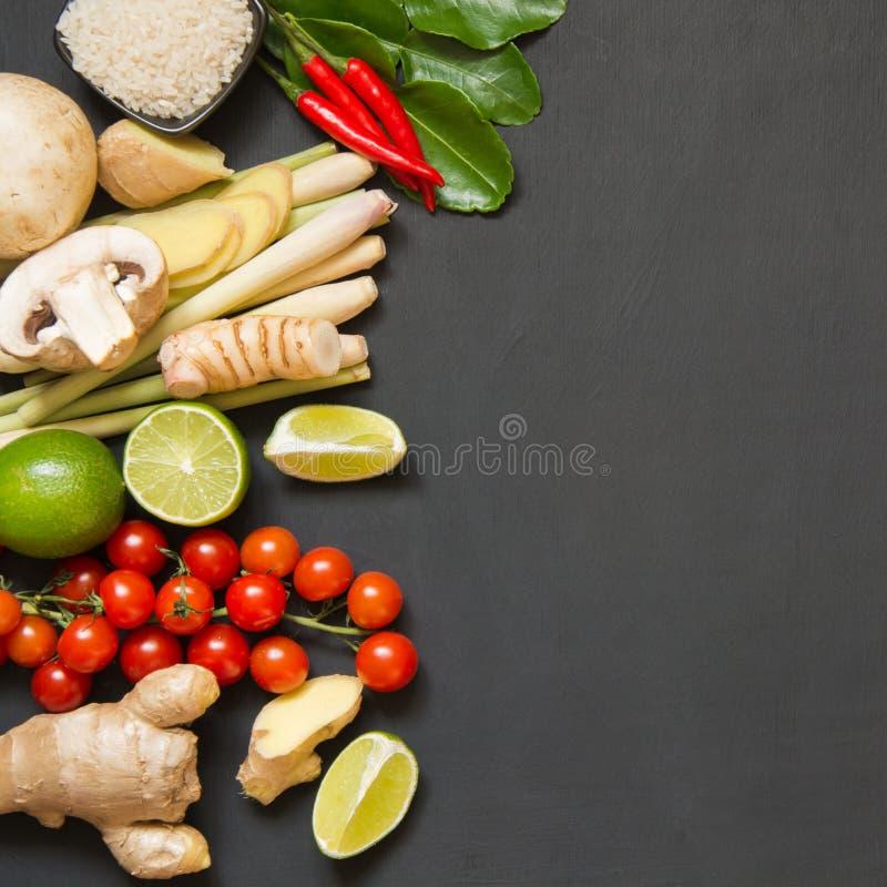 Специальные ингридиенты для популярной тайской пряной известки kung супа Том-yum, galangal, красного chili, томата вишни, лимонно стоковые фото