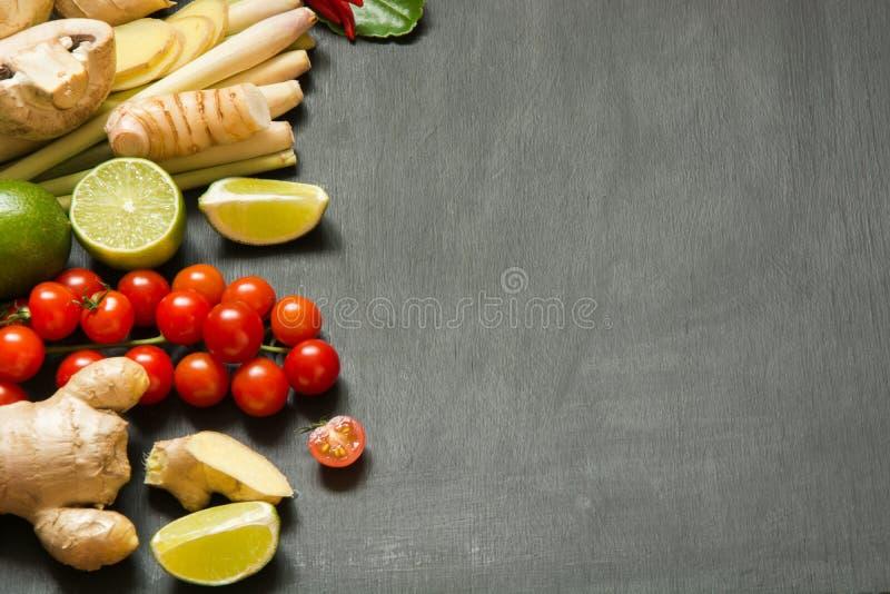 Специальные ингридиенты для популярной тайской пряной известки kung супа Том-yum, galangal, красного chili, томата вишни, лимонно стоковое фото rf