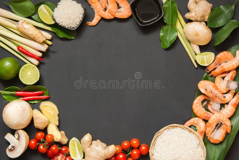 Специальные ингридиенты для популярной тайской пряной известки kung супа Том-yum, galangal, красного chili, томата вишни, лимонно стоковые изображения rf