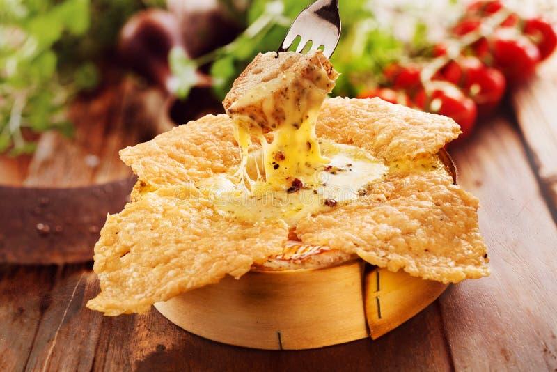 Специальность зажарила, зажарила или погружение сыра печи камамбера жаркого стоковое фото rf