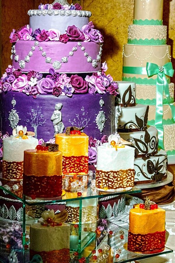 Специально украшенный свадебный пирог. Деталь 30 стоковые фото