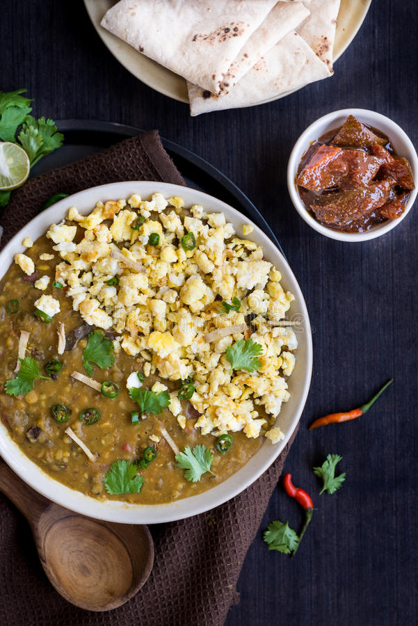 Специальный суп стиля Anda Tadka dal Dhaba яичка или индейца в одолженный стоковые фото