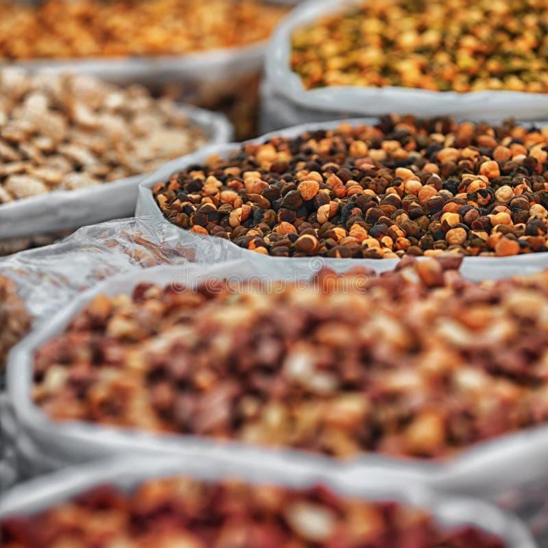 Специи в сумках на индийском рынке стоковые фотографии rf