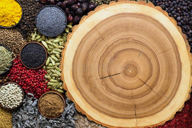 Специи для комплексного конструирования с едой Индийские condiments дальше подпирают стоковые фото