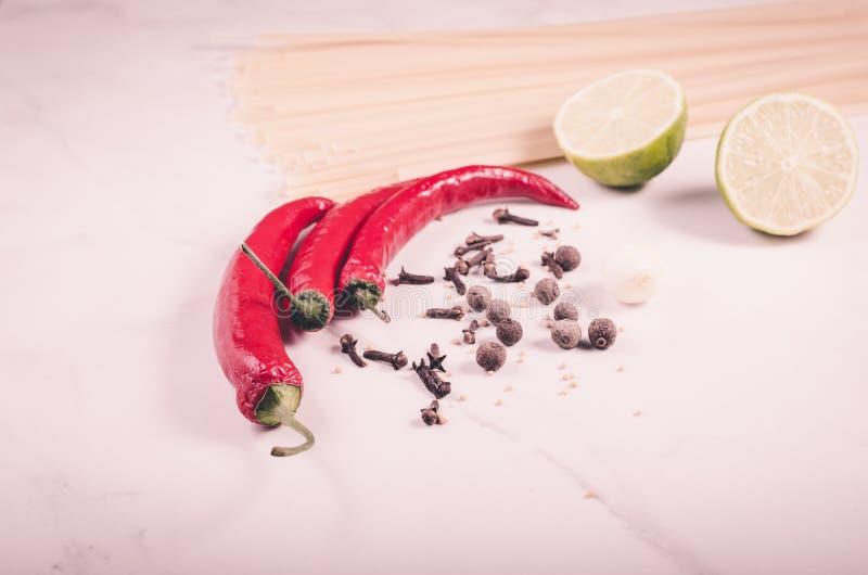 специи, специи перца chili и спагетти, перец chili и спагетти на белой предпосылке тонизировано стоковое фото