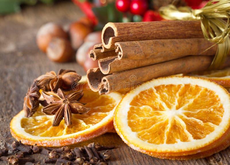 Специи рождества на деревянной предпосылке стоковые фото