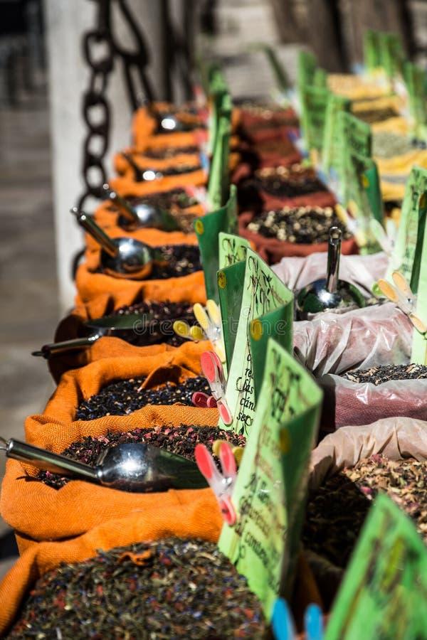 Download Специи, семена и чай продали в традиционном рынке в Гранаде, S Стоковое Фото - изображение насчитывающей тарелка, желание: 40586142