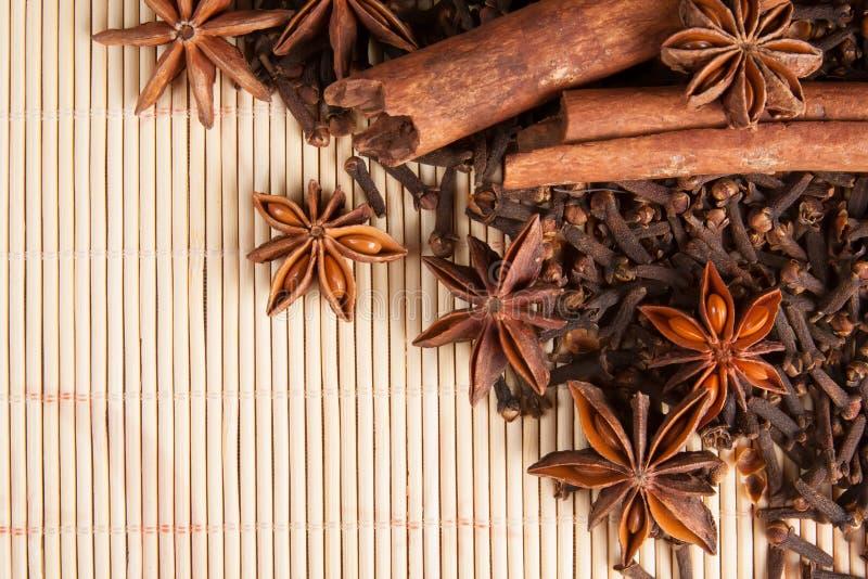 Download Специи для обдумыванного вина на бамбуковой предпосылке Стоковое Изображение - изображение насчитывающей ингридиент, backhoe: 41661787