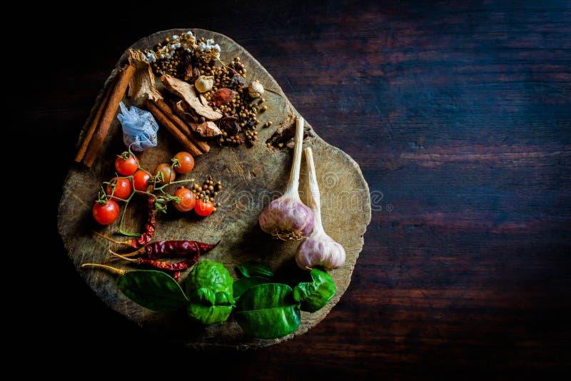 Специи для того чтобы сварить пряный Таиланд отдыхают на деревянном поле стоковые фотографии rf
