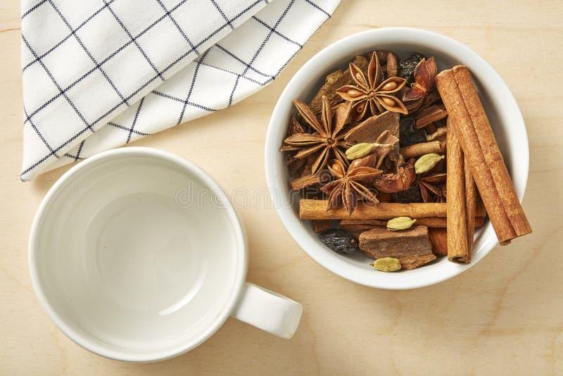 Специя для чая и кофе с пустой чашкой на деревянном столе стоковое изображение