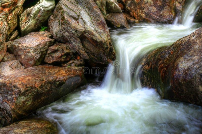 Спеша воды закоптелых гор II стоковое изображение