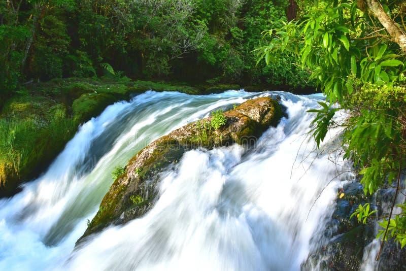 Спеша река с каменной границей стоковая фотография