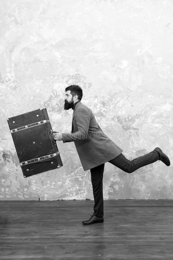Спешить, который нужно работать Спешить, который нужно быть первым бородатым человеком с suitsace готовым для отключения Спешить  стоковые изображения
