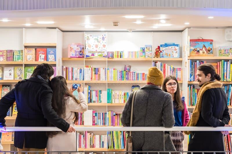 Спешка людей на книгах покупок в библиотеке стоковое изображение rf