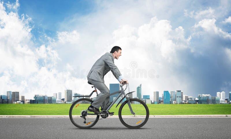 Спешность бизнесмена, который нужно работать на велосипеде стоковое фото rf