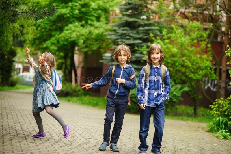 Спешность 3 маленькая друзей на уроках в школе стоковое фото